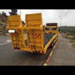 גרר צהוב מוביל רכבים