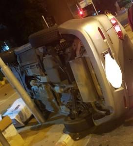 רכב הפוך על הצד אחרי תאונה לפירוק